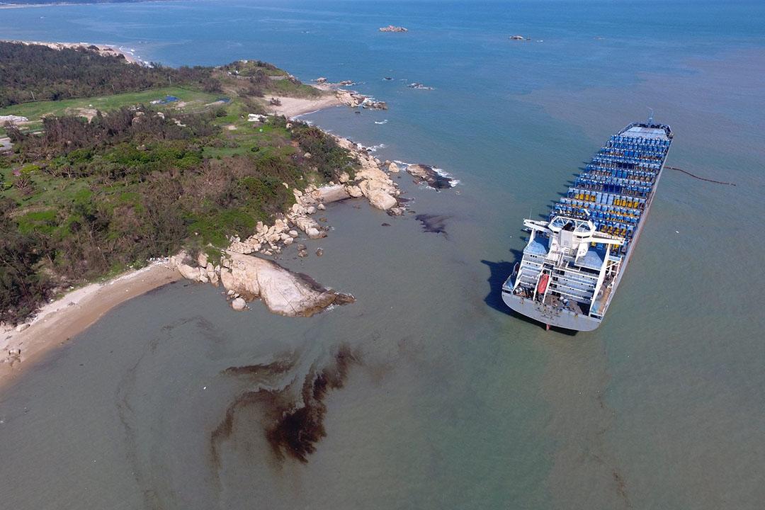 空拍畫面隱約可見髒污油帶飄向料羅灣南側。