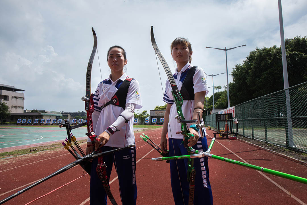 林詩嘉(右)譚雅婷(左)在2016里約奧運獲得射箭銅牌。