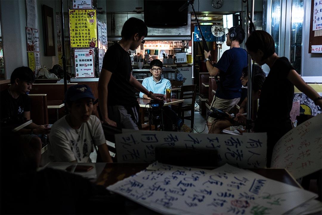 2016年8月14日,羅冠聰在一間茶餐廳內拍攝宣傳片,羅在準備拍攝,拍攝人員為其準備「大字報」幫助念對白,拍攝持續至翌日零晨。