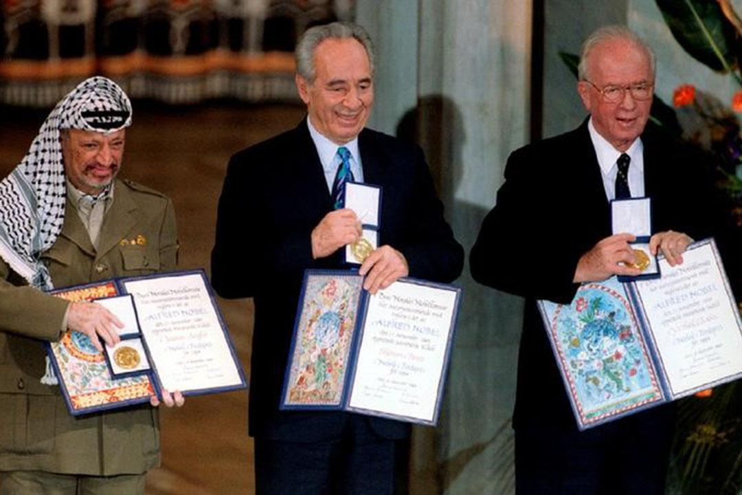 佩雷斯在1993年出任以色列外長期間,和已故總理拉賓,以及巴勒斯坦領袖阿拉法特,聯手促成以巴臨時和平協議,於1994年一同獲頒諾貝爾和平獎。