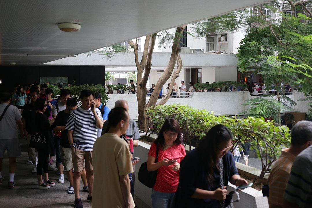 東區太古城一個票站外排長龍。