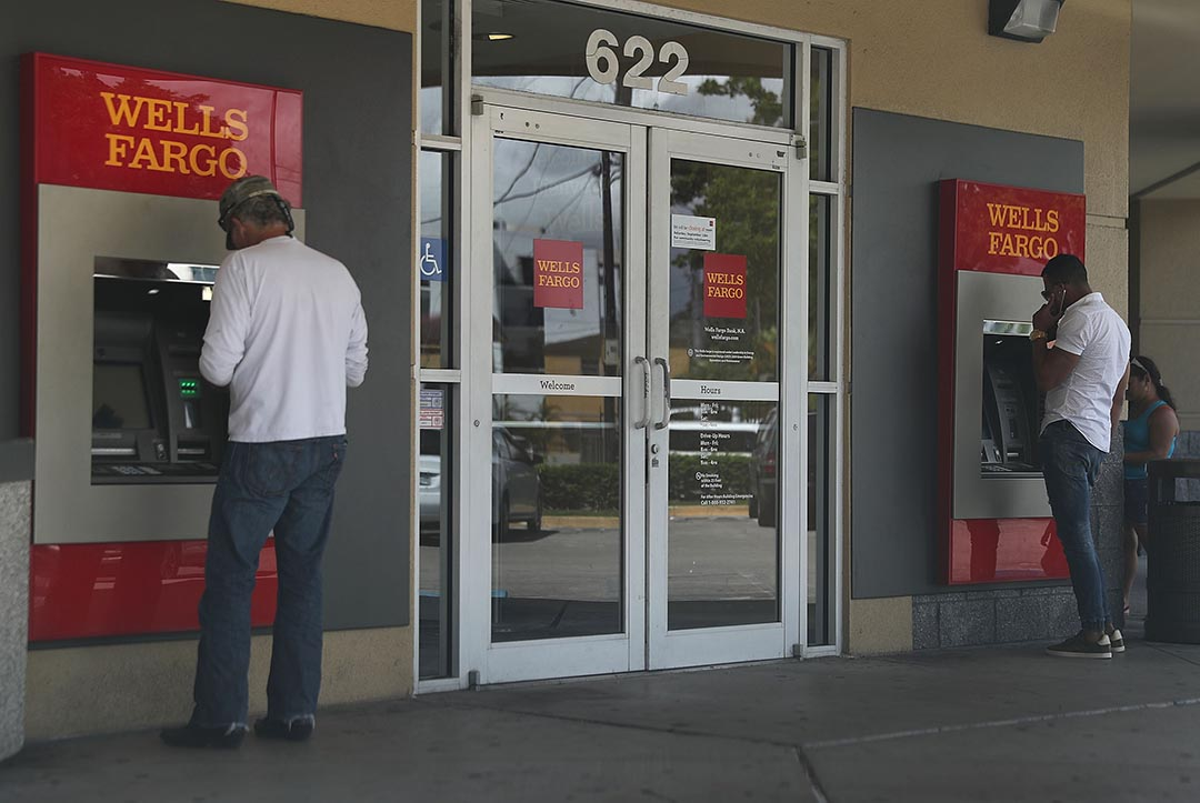 2016年9月9日,美國佛羅裏達,人們在使用富國銀行的自動櫃員機。