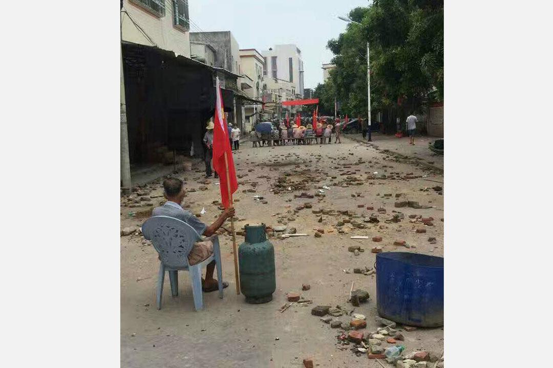 烏坎村民阻止防暴警察進村。