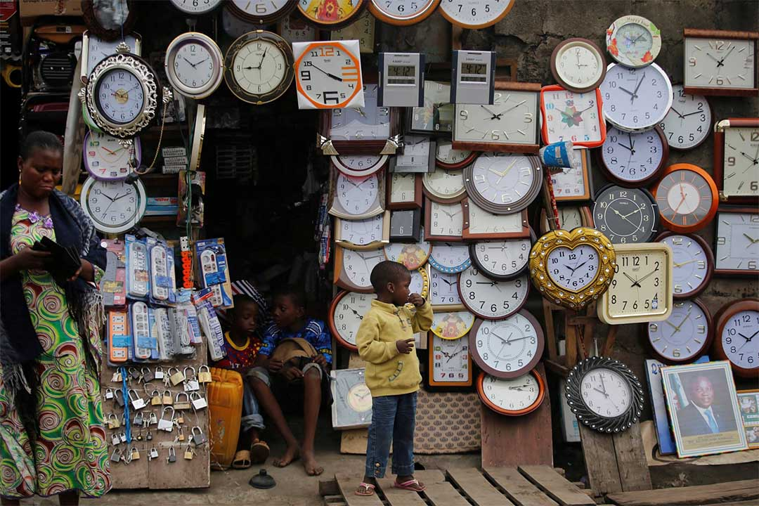 2016年8月16日,尼日利亞拉各斯,幾個小孩在一家賣時鐘的店鋪前。