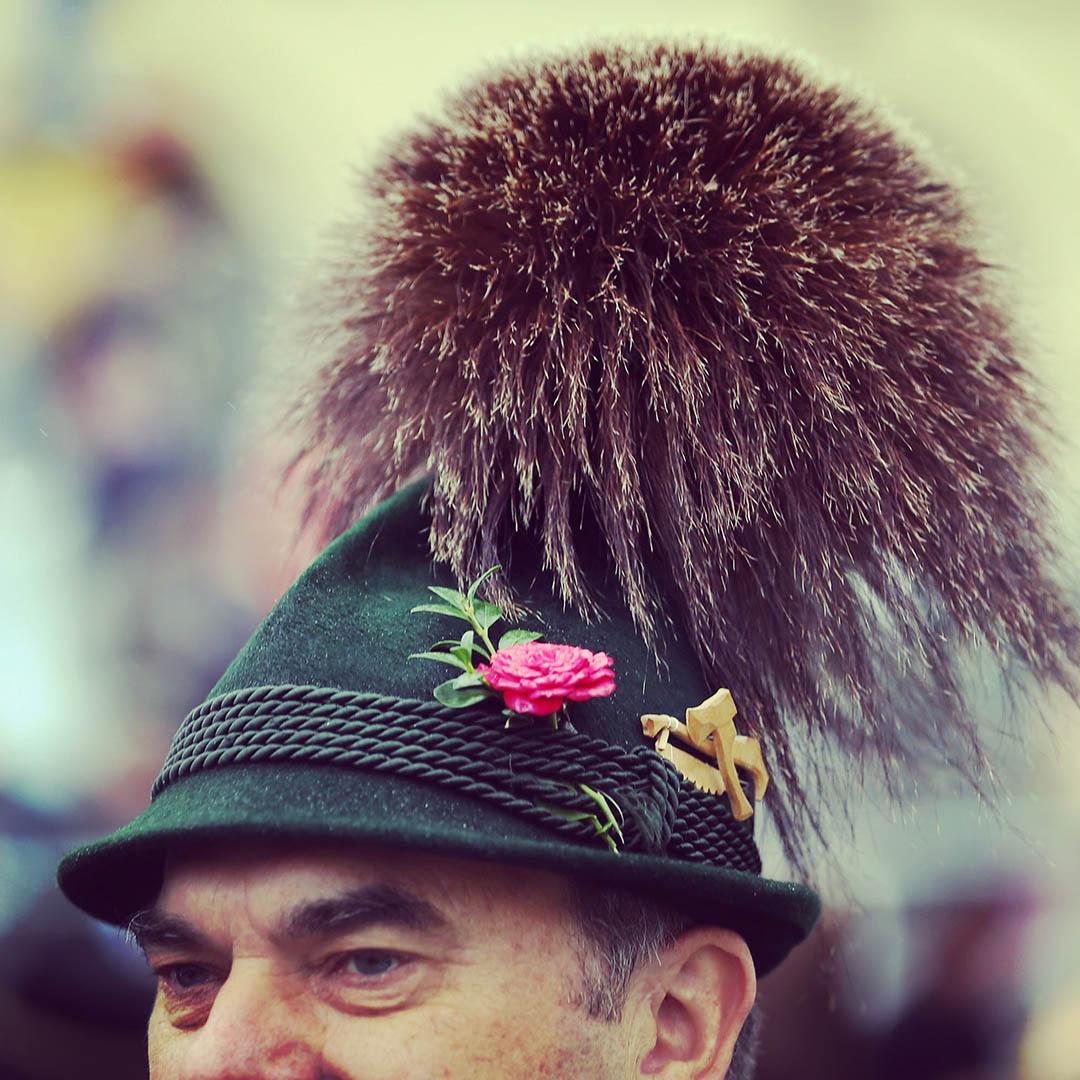 一名穿著傳統服飾的男子參加啤酒節的遊行。