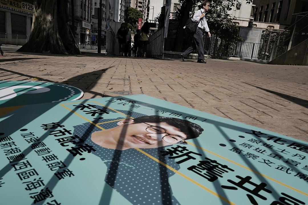 欄杆的影子映在香港眾志的宣傳品上。