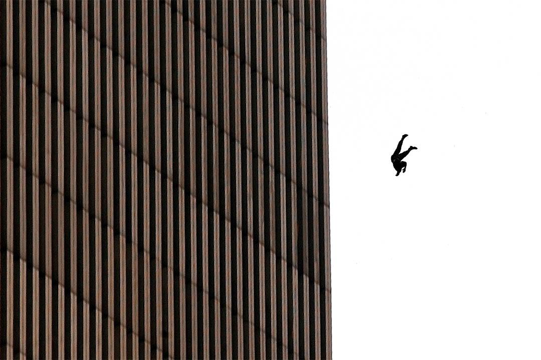 2001年9月11日,一個人從世貿中心跳下來。