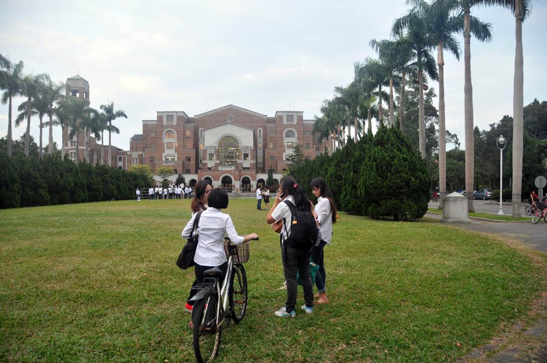 台灣大學校園草坪。