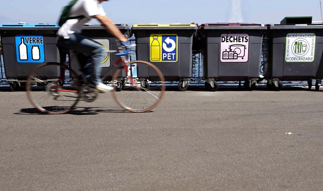 瑞士日内瓦的公共分类垃圾箱。