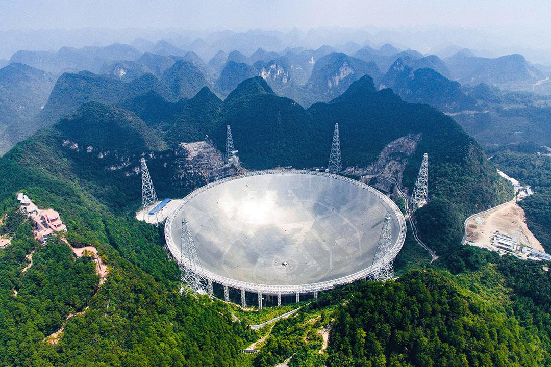 2016年9月25日,中國,位於貴州省平塘縣的全球最大單孔500米口徑射電望遠鏡(FAST)正式投入使用。