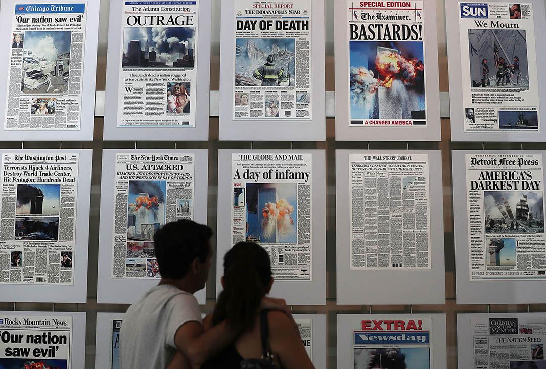 2016年9月9日,美國9.11國家紀念博物館內,參觀者在看回當時的報紙報導。