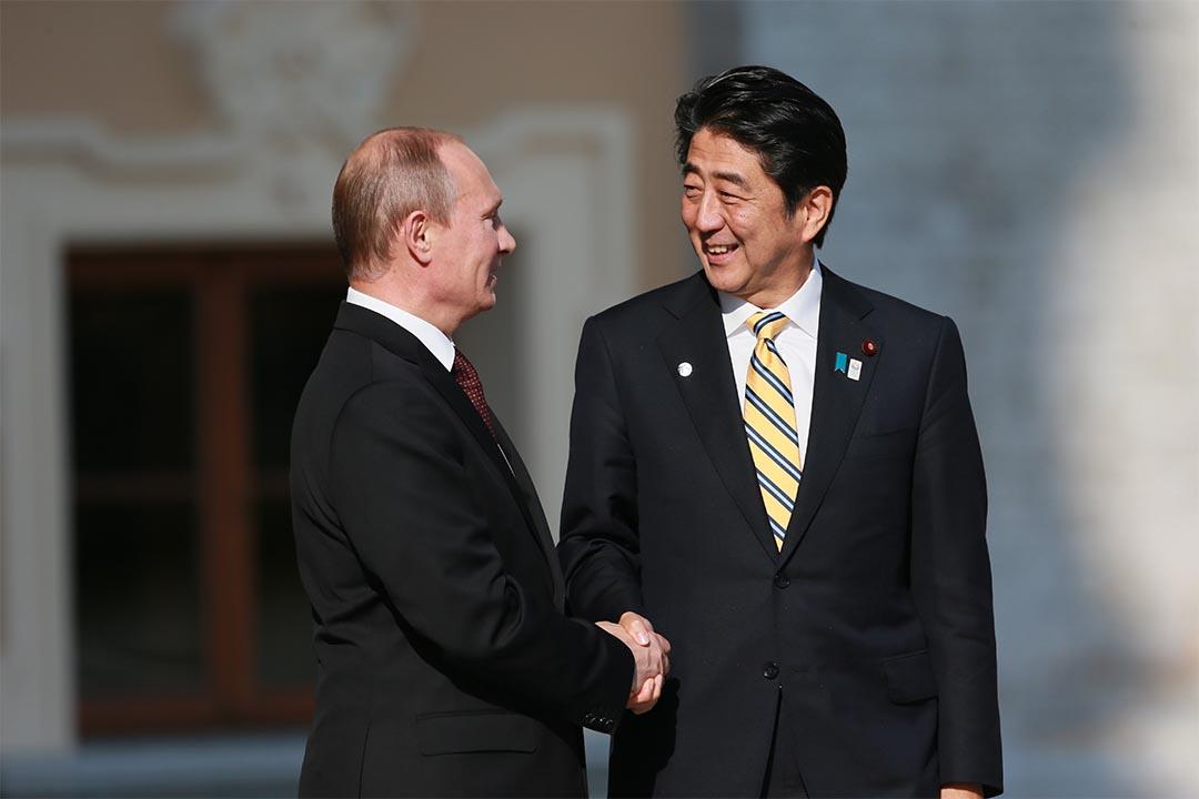 圖為2013年9月5日,俄羅斯總統普京與日本首相安倍晉三出席G20峰會時握手。