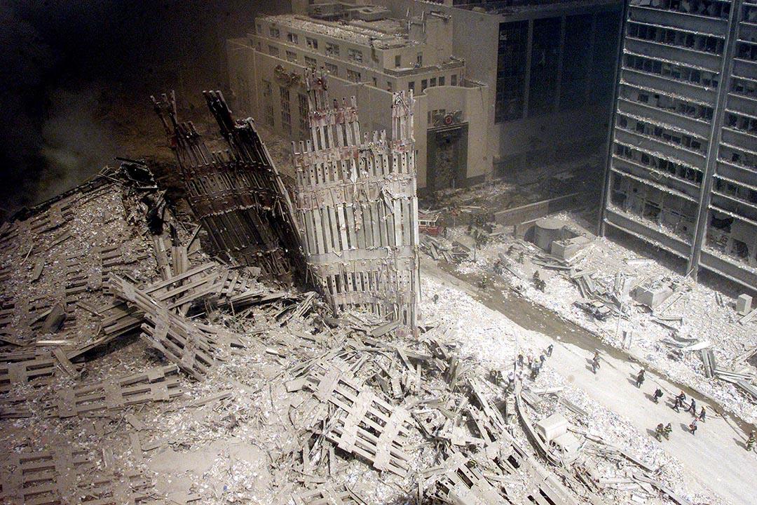 消防員在被摧毀的世貿中心附近地域搜索。