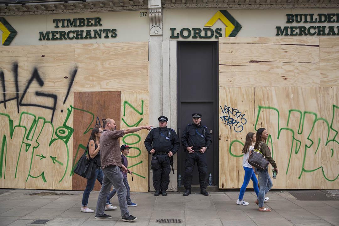 英國倫敦警察在街上巡邏。