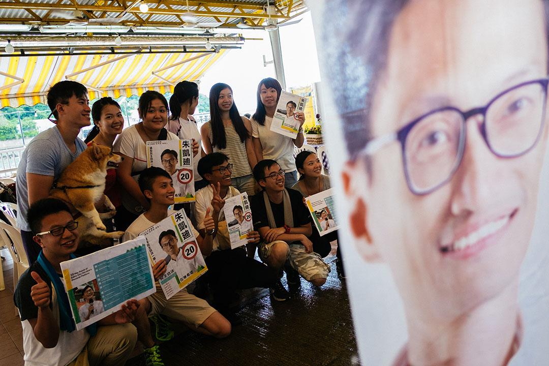 朱凱廸於南丫島進行拉票時與年青支持者合照。
