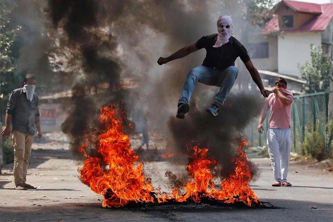2016年9月12日,喀什米爾示威中,一個人跳過火堆。