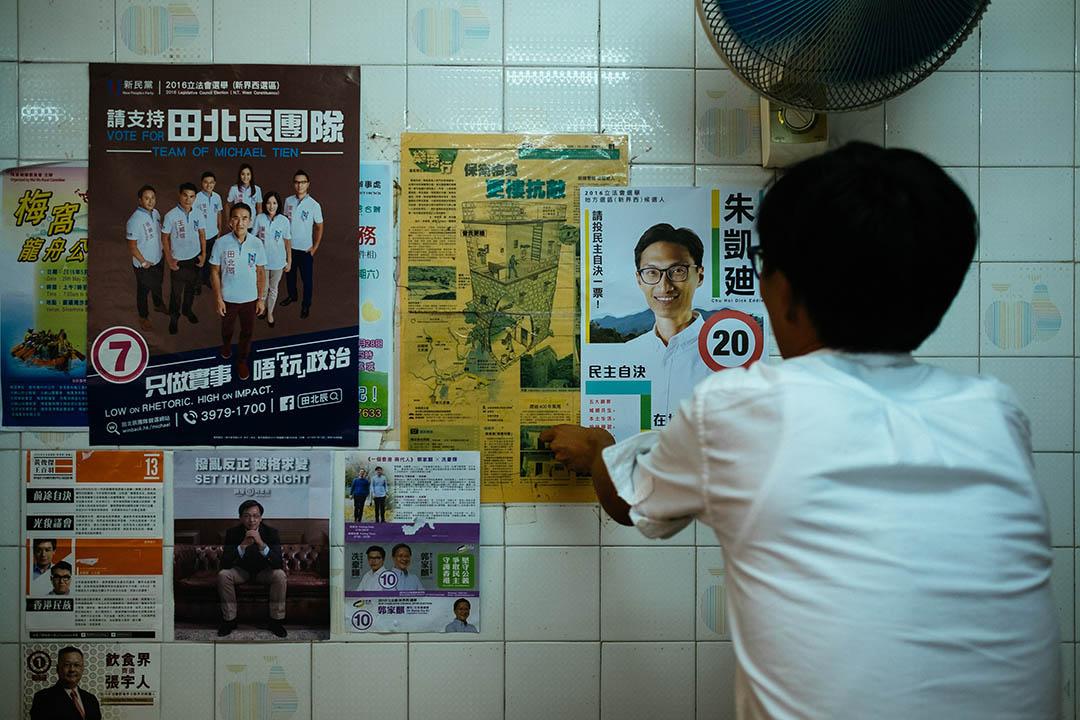 朱凱廸於梅窩一間茶餐廳親手張貼其海報。