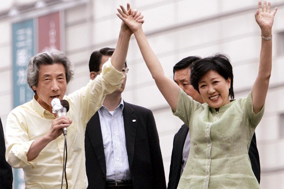 2005年9月4日,時任日本首相的小泉純一郎支持小池百合子參加眾議院大選。