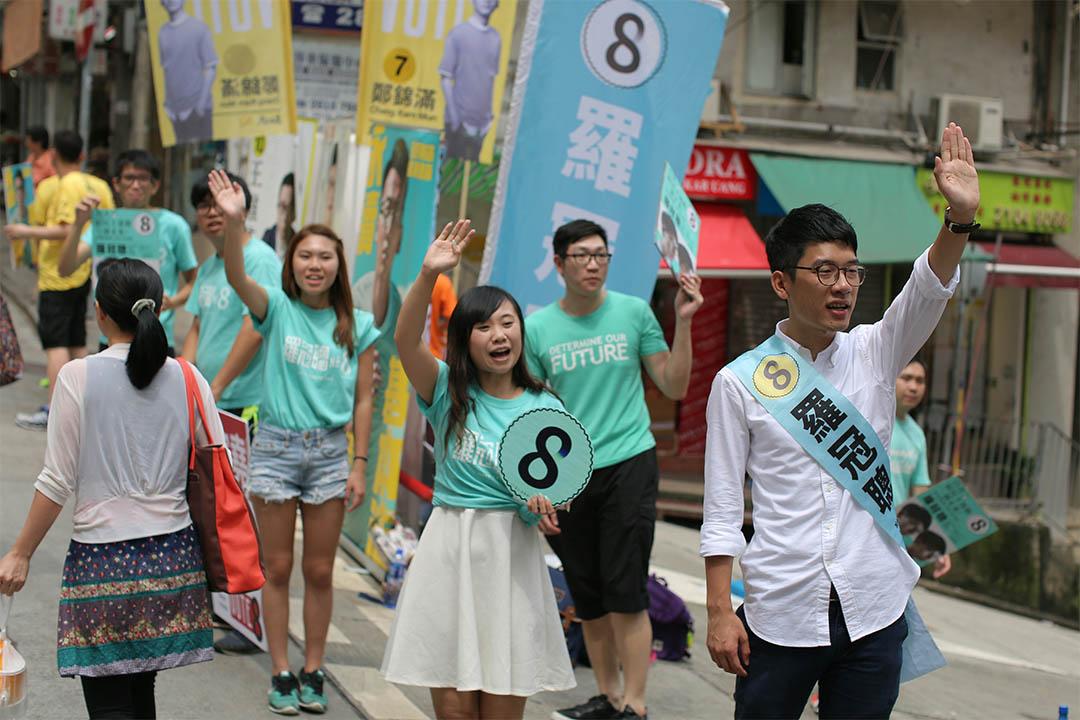 香港眾志羅冠聰在西營盤正街拉票。