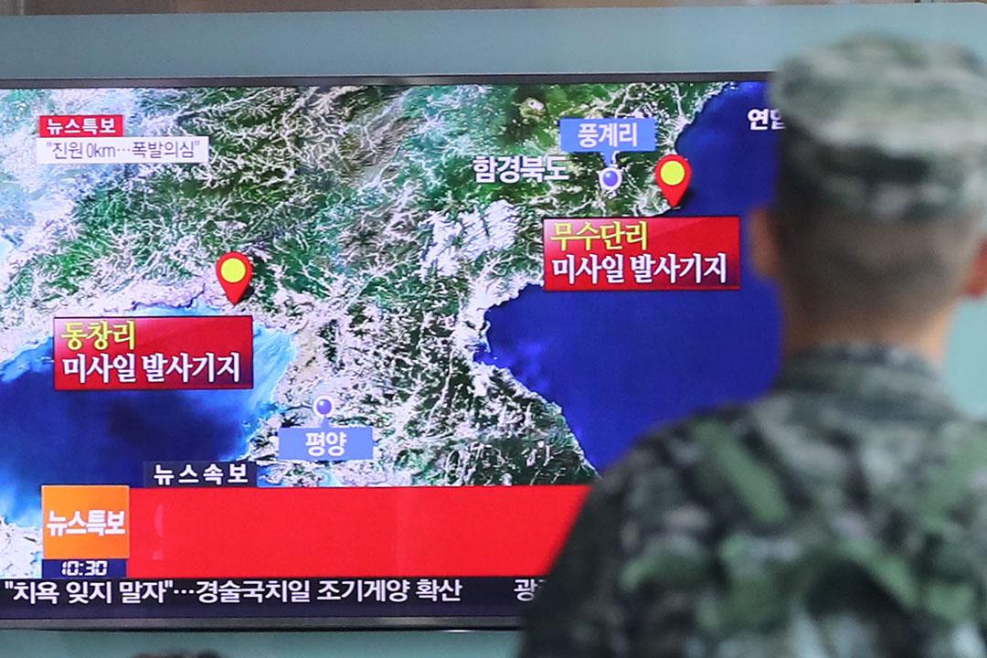 2016年9月9日,韓國首爾,一名韓國士兵觀看電視播出懷疑朝鮮核試驗產生地震活動的新聞報導。