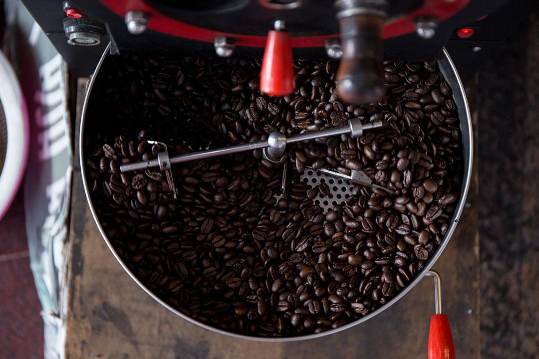 咖啡業者有時會把烘咖啡機擺在外頭,讓香味吸引顧客上門。