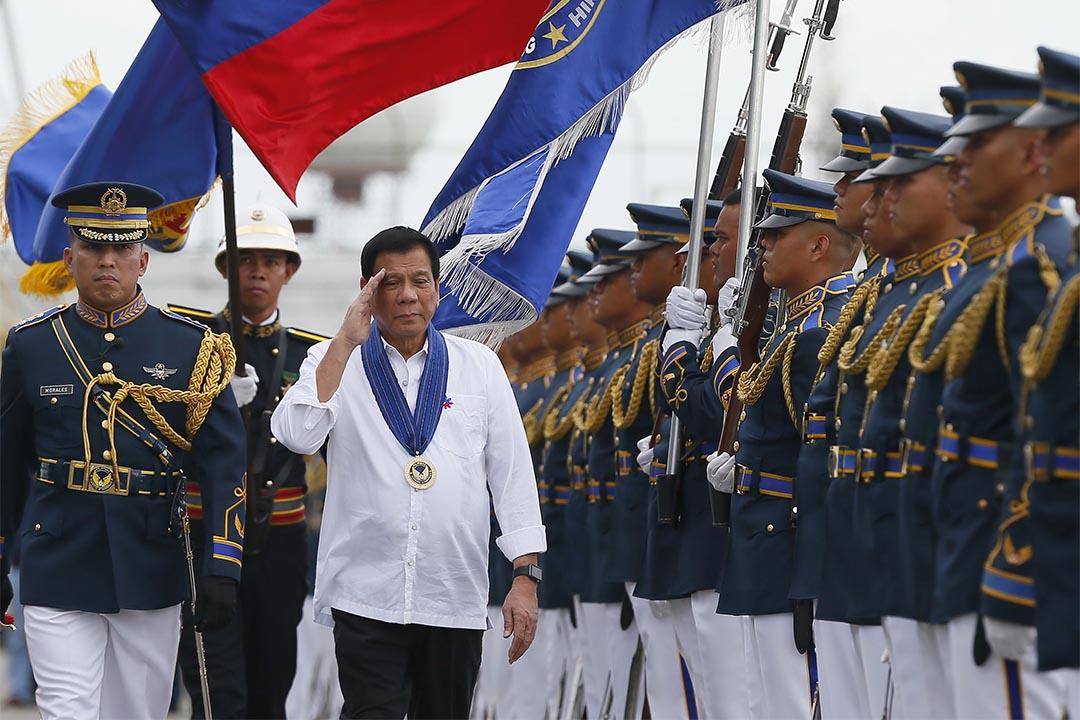 2016年9月13日,菲律賓總統杜特地向軍隊敬禮。