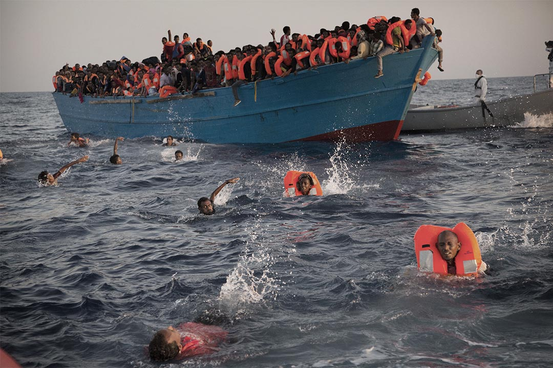 2016年8月29日,地中海近利比亞海域,人們跳進海中等待救援。