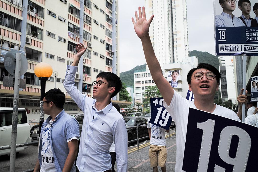 新界東候選人梁頌恆正拉票。
