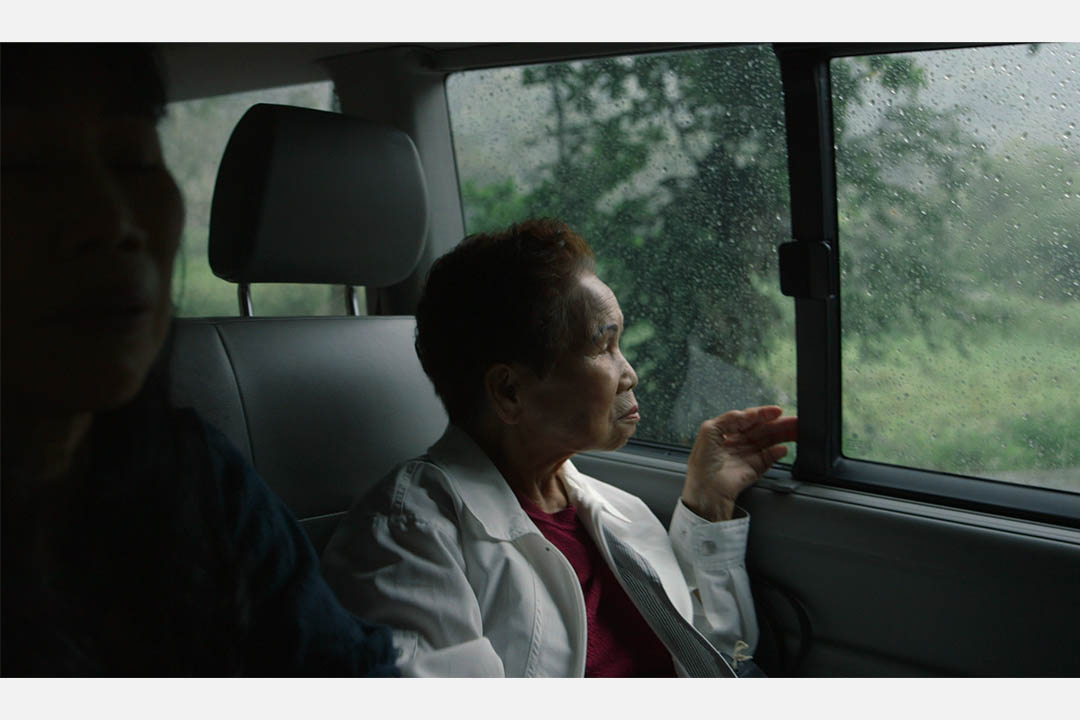 玉木阿嬤坐在返台探親的車子上。