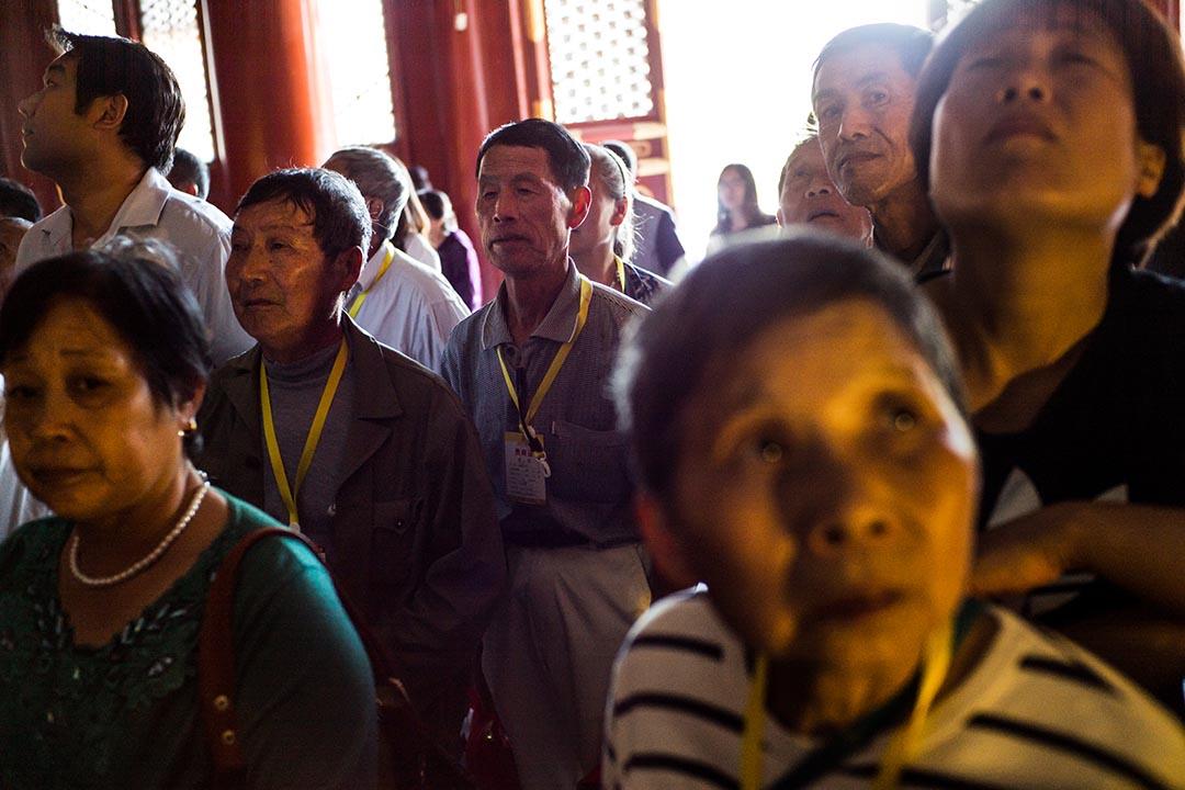 孔廟導賞團的最後一環裡,導遊會帶領參觀的百姓到孔廟拜拜,以求孩子成績考好。