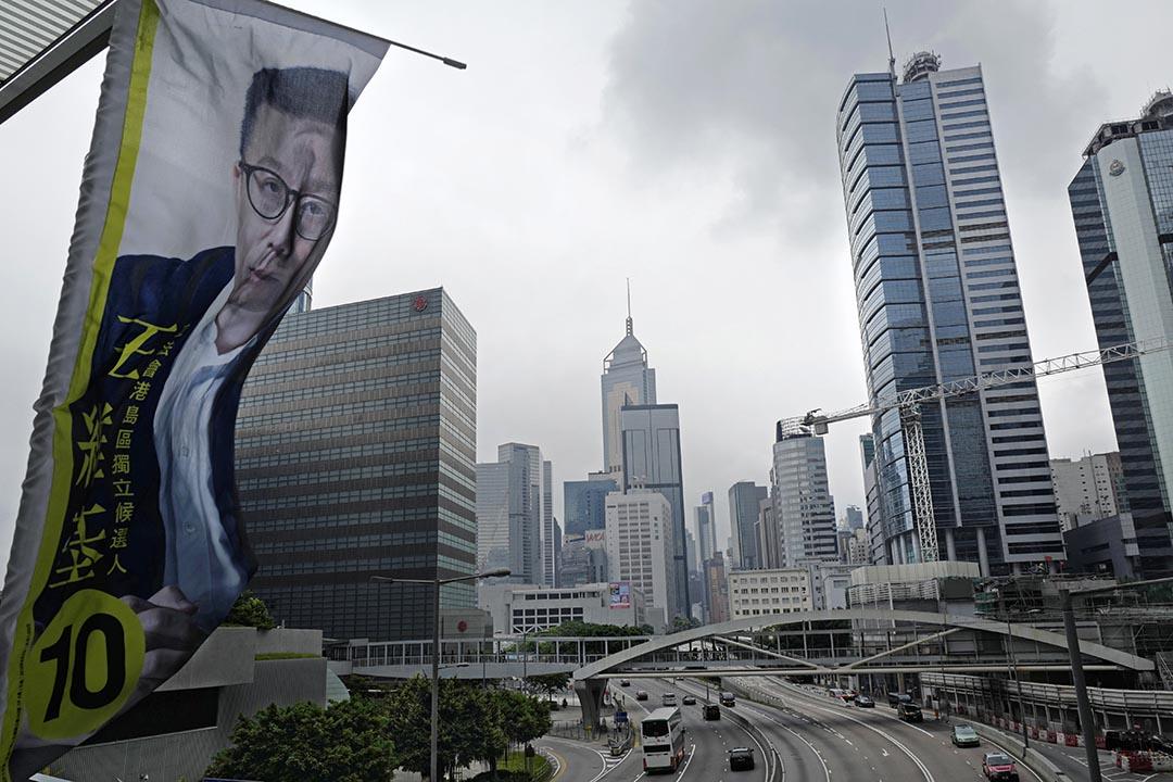 一位獨立候選人的宣傳直幡掛了在立法會外的天橋上。