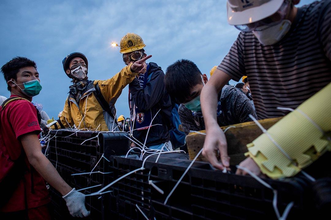 2014年12月1日,雨傘運動期間,示威者在龍和道架設路障。