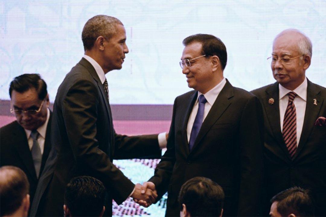 圖為2015年11月22日,美國總統奧巴馬與中國總理李克強在東南亞國家聯盟的會議上握手。