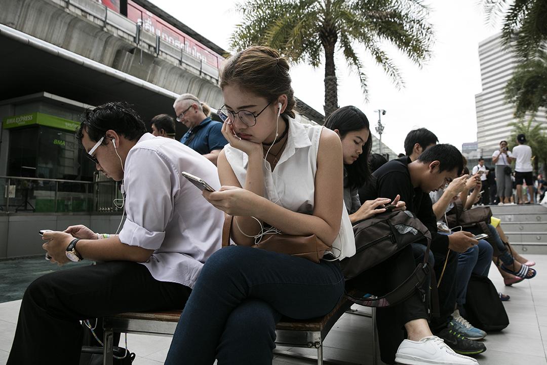 泰國曼谷,一個購物商場大擺市民正使用手提電話。