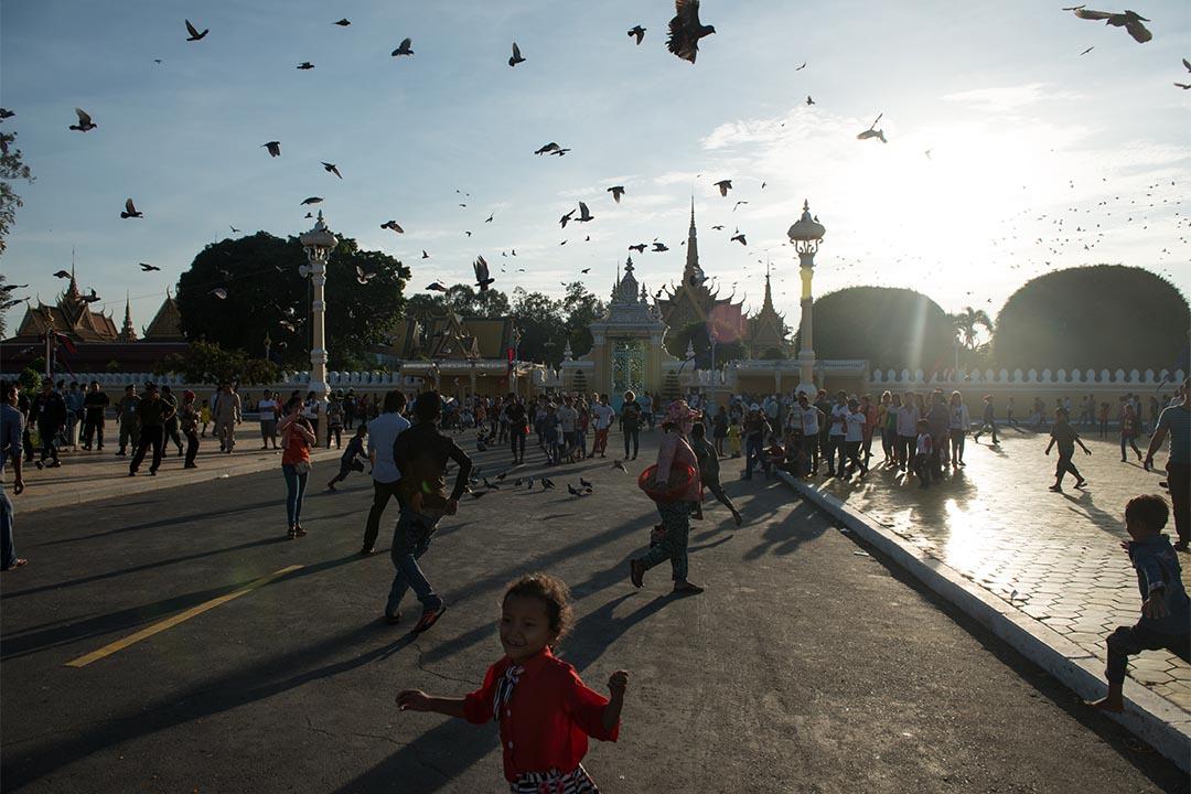 圖為2014年11月5日,柬埔寨金邊,人們參加潑水節。