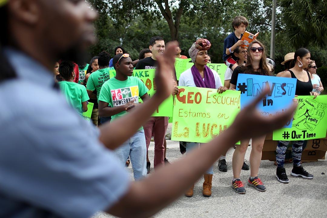 美國聯邦政府或停止與私立監獄合作。圖為2015年5月4日,示威者抗議一家管理私立監獄的公司。