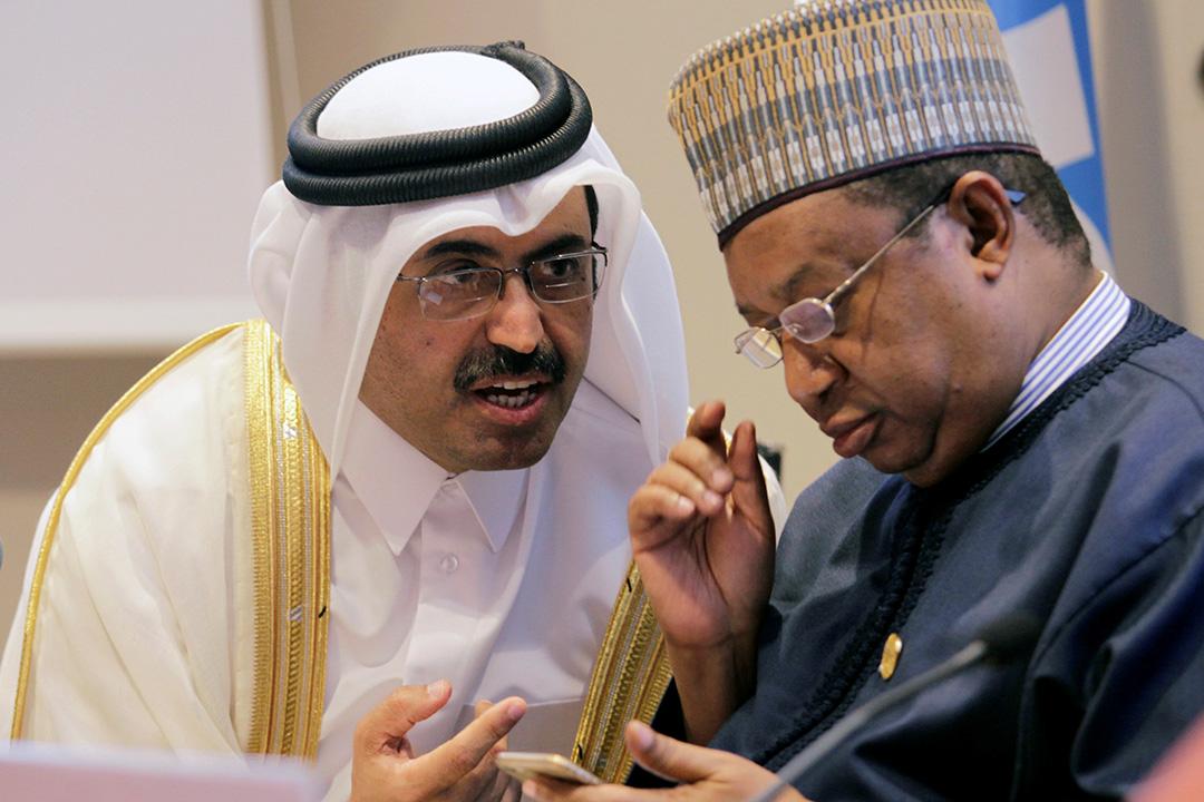 石油輸出國組織(OPEC)於阿爾及利亞進行的非正式會議,就凍結產油量達成協議。圖為OPEC主席卡塔爾能源部長薩達(Mohammad bin Saleh al-Sada)及OPEC秘书长Mohammad Sanusi Barkindo。