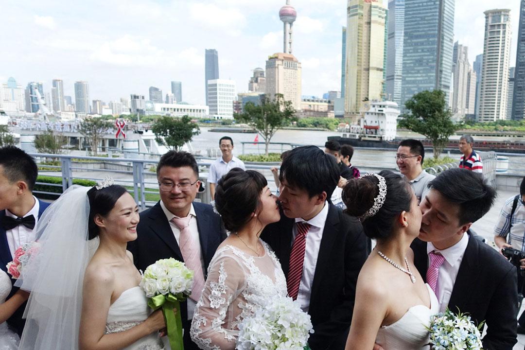 17對來自各地的新人在上海黃浦江畔舉辦了一場集體婚禮。