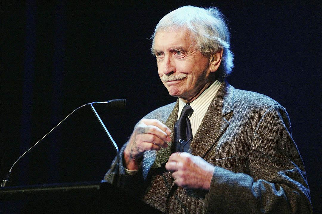 劇作家阿爾比 (Edward Albee) 辭世。圖為2004年5月10日,阿爾比在一個戲劇家協會晚宴中致辭。