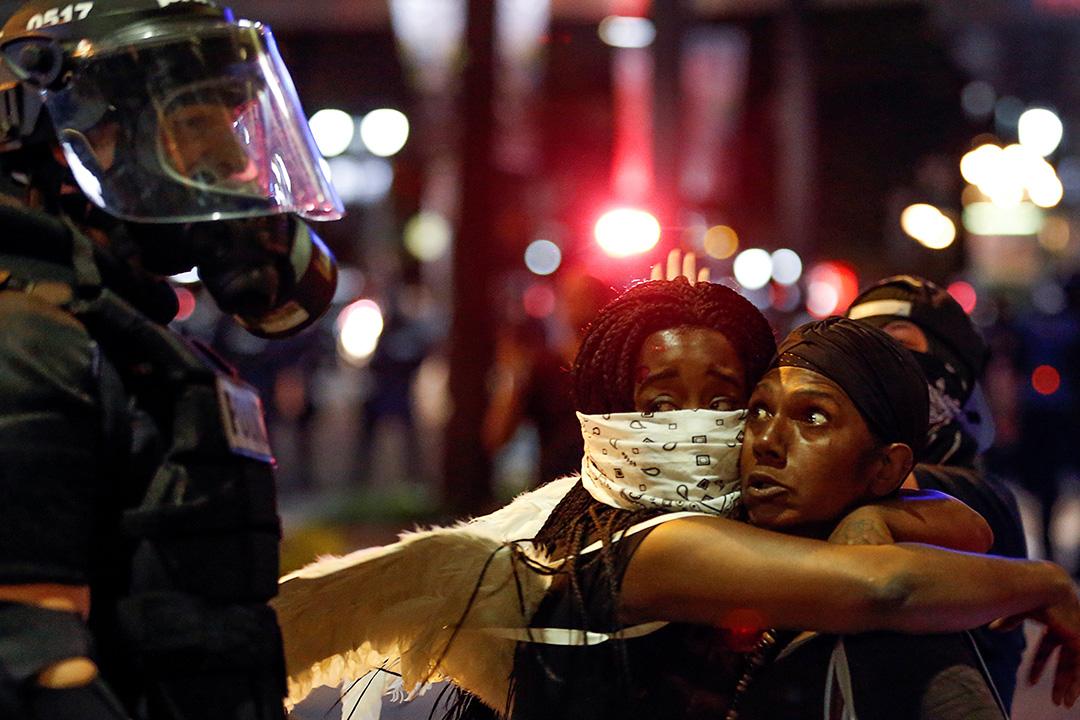 大批民眾上街通宵示威, 與警方爆發衝突。