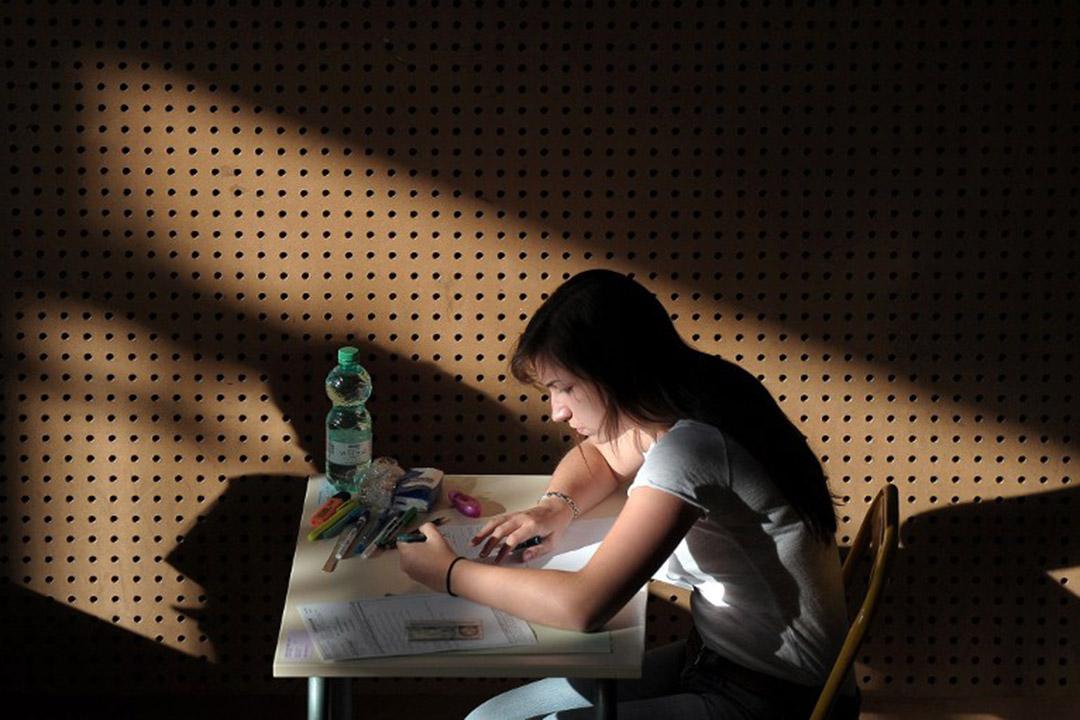 一名法國學生進行哲學科考試。