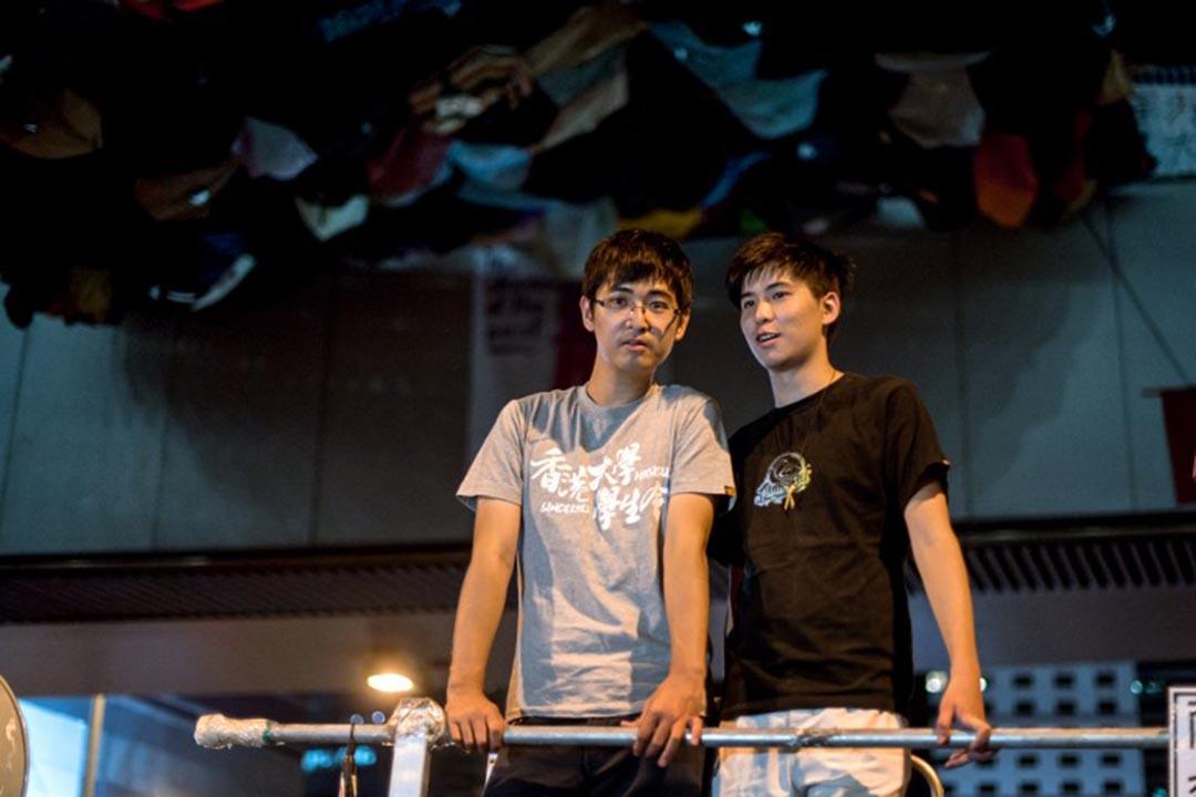 雨伞运动期间,周永康与岑敖晖在大台上讲话。