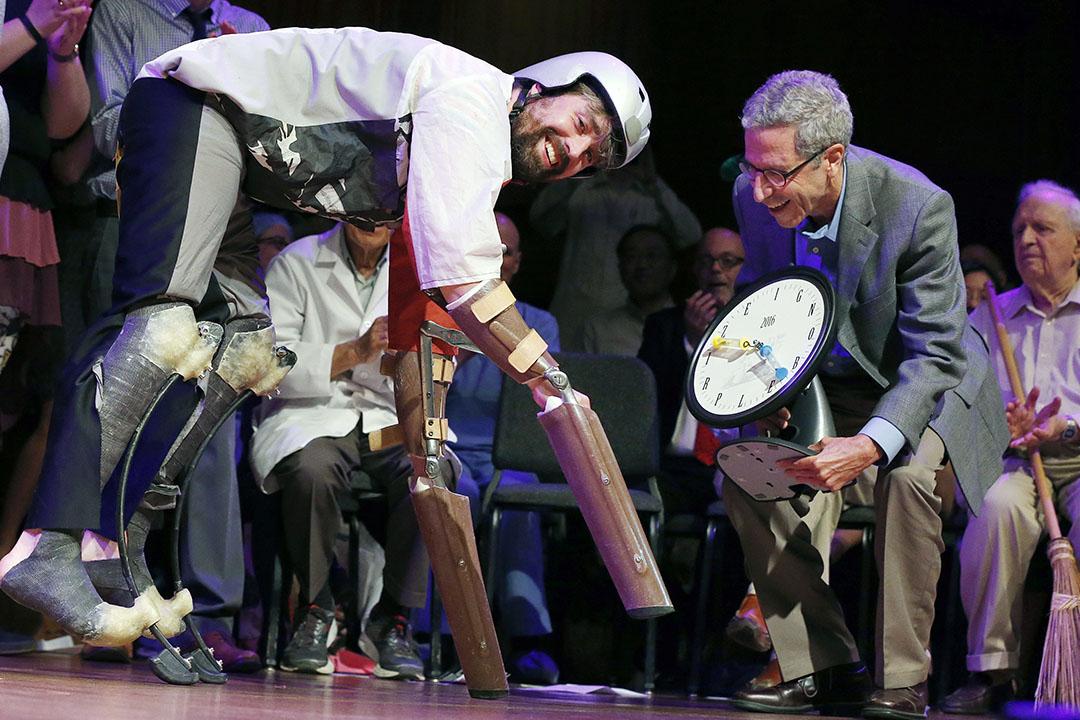2016年搞笑諾貝爾獎生物學由裝上特製義肢假扮山羊的Thomas Thwaites 奪得。