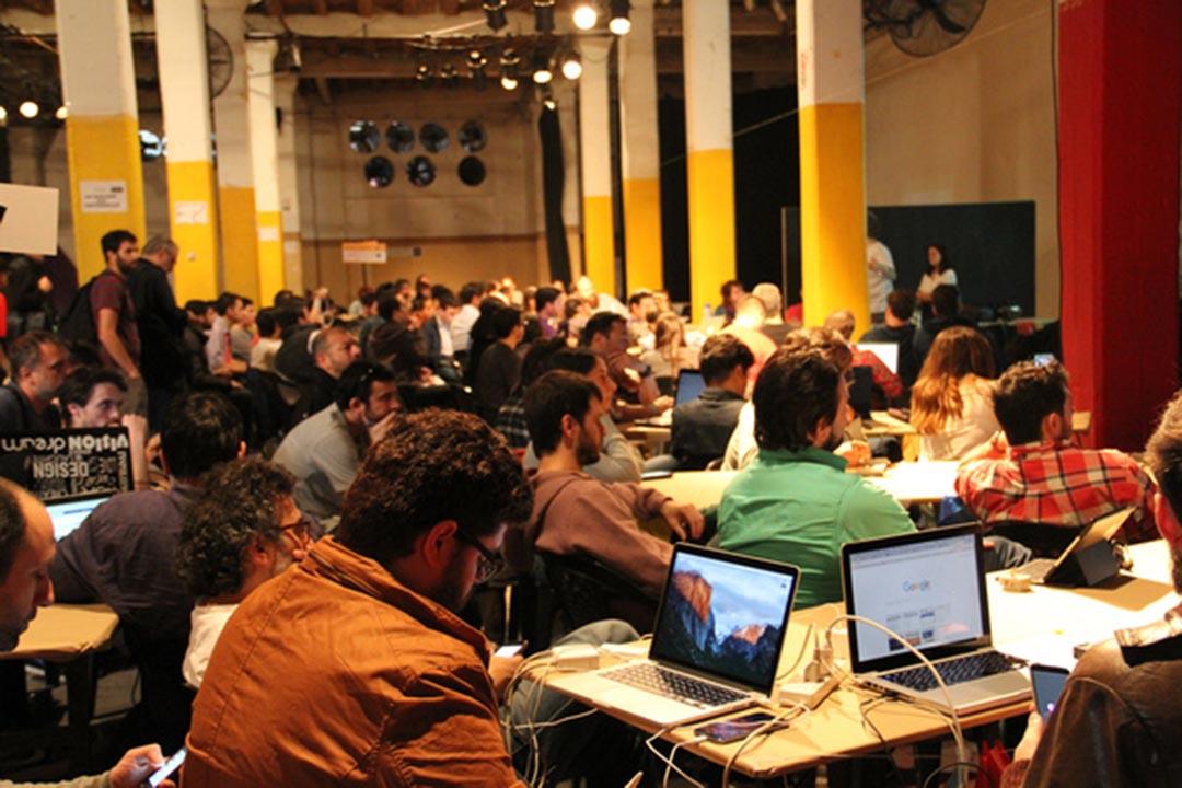 Hacks/Hackers派對地點是位於布宜諾斯艾利斯的一座兩層高廢舊工廠,那裏隨處可見大片色彩濃烈的塗鴉,充滿後現代氣息,數千名賓客將在這裏玩足3天。
