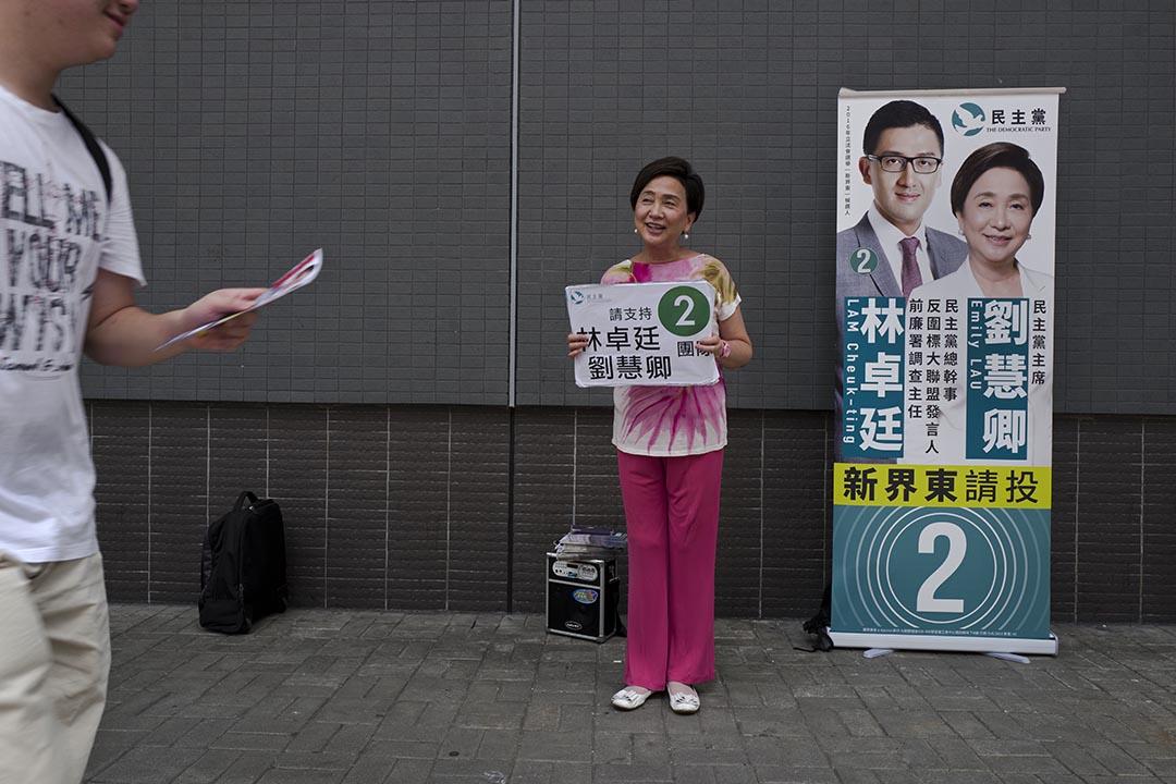 立法會選舉民主黨參選人在街上派發宣傳單張。