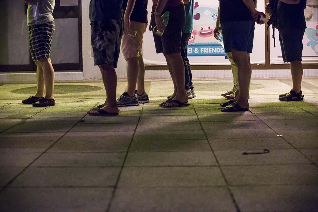 2016年9月5日,2016立法會選舉投票日太古城東區少年警訊會票站凌晨過後仍有選民在排隊等待投票。