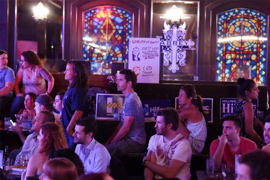 2016年9月26日,美国加州,人们在酒吧中观看两党总统候选人首次电视辩论。