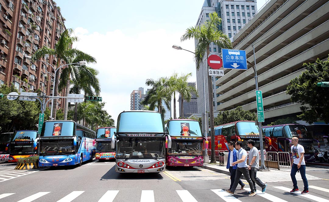 """2016年8月25日,台灣新北市駕駛員職業工會號召250輛遊覽車,到交通部抗議,業者不滿遭污名化為""""拚裝車"""",一度將整個仁愛路車道都占滿。"""