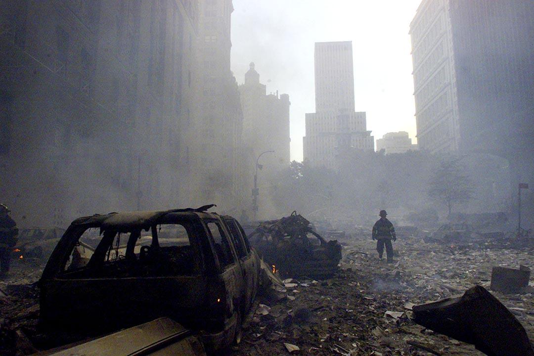 一名消防員在瓦礫上行走。