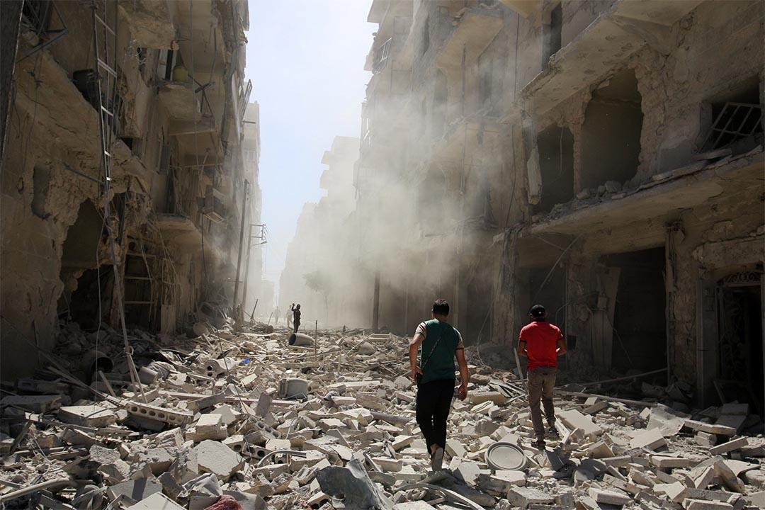 2016年9月25日,敘利亞阿勒頗,人們搜索受空襲的地方。